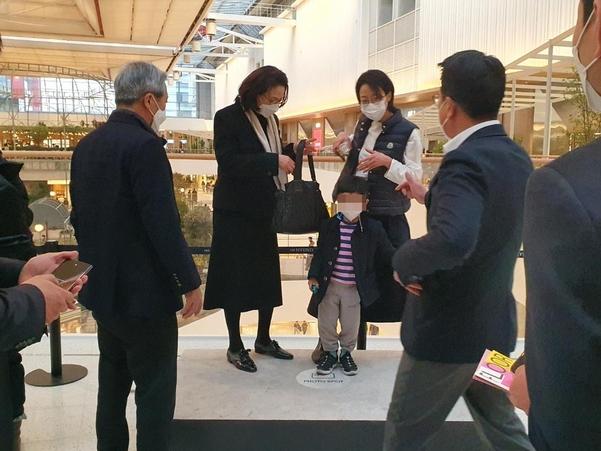 정지선(오른쪽에서 두번째) 현대백화점그룹 회장이 가족 사진을 찍어주겠다며 카메라를 달라고 하고 있다./이현승 기자