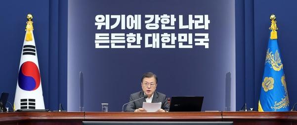 문재인 대통령이 지난 22일 청와대에서 열린 수석·보좌관 회의에서 발언하고 있다. /연합뉴스