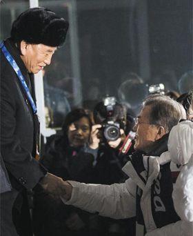 문재인 대통령과 김영철(왼쪽) 북한 노동당 부위원장이 25일 강원 평창 올림픽스타디움에서 열린 폐회식에서 악수를 하고 있다.
