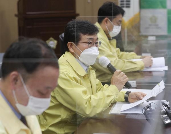 검역 당국은 내일 오후 코로나 19의 '4 차 발발'에 대한 우려로 대중과 대화