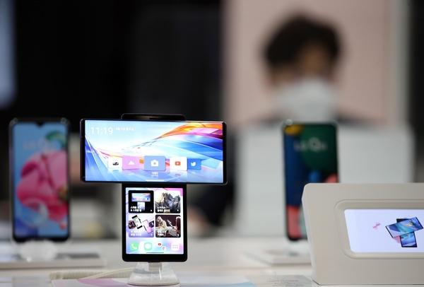 "LG 스마트 폰이 구세계 유물에 빠진 세 가지 이유…""피처 폰 성공에 취해 버려지는 혁신"""