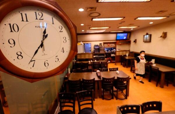 서울 종로구 한 식당 모습. 평소 손님으로 붐비던 식당이 재택근무 및 도시락 식사가 늘어나면서 점심시간에도 한산한 모습이다. /연합뉴스