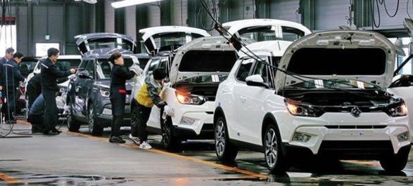 2015년 초 쌍용차 직원들이 경기도 평택시 쌍용차 공장에서 소형 SUV '티볼리'를 출고 전 최종 점검하고 있는 모습./쌍용자동차 제공