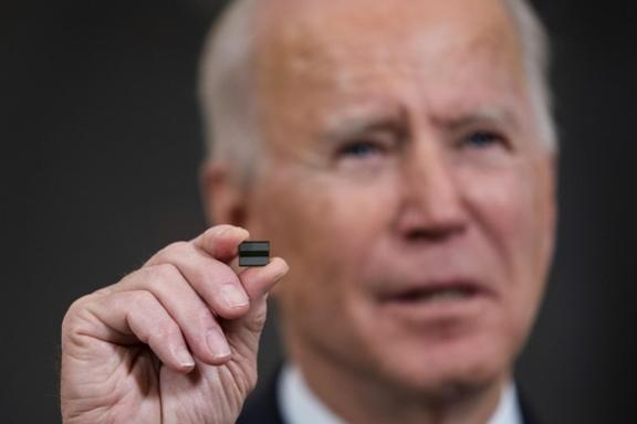 조 바이든 미국 대통령이 지난 2월 백악관에서 반도체 칩을 들어보이며 중요성을 강조하고 있다. /EPA연합뉴스