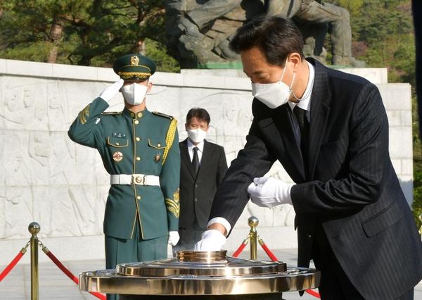 10 년 만에 돌아온 오세훈, 국립 묘지 방문으로 임기 시작