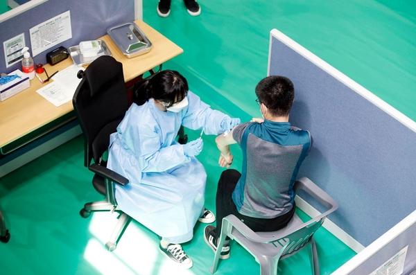지난 7일 오전 광주 북구 국민체육센터에 마련된 북구예방접종센터에서 북구와 군·경·소방 등 관계 당국이 코로나19 백신 접종 모의 훈련을 하고 있다. /연합뉴스