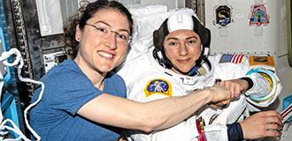 두 여성, 처음으로 남자 없이 우주에 뛰어들다