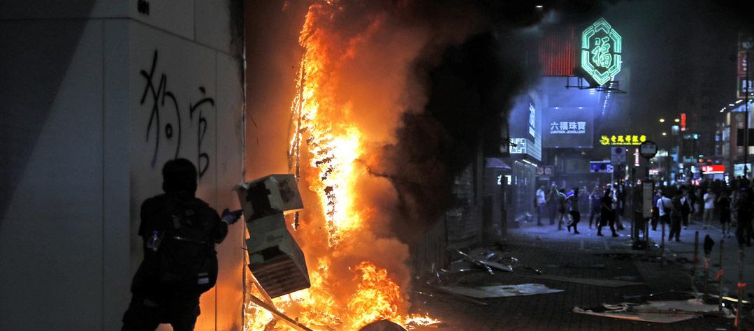 '반중 정서' 고조되는 홍콩, 20주째 시위…샤오미·중국계 은행 불 타