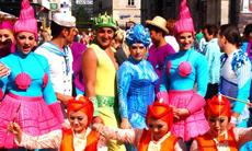성당 앞 화려한 복장의 남녀들, 그들의 정체는?